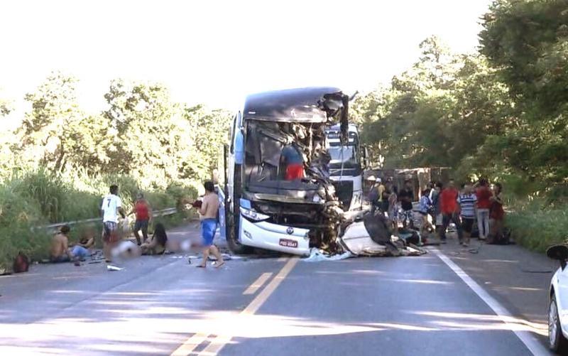 Colisão entre ônibus da Guanabara e carretas deixa mortos e feridos