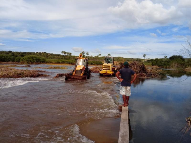 Prefeito Mirim acompanha limpeza da passagem molhada na PI 143