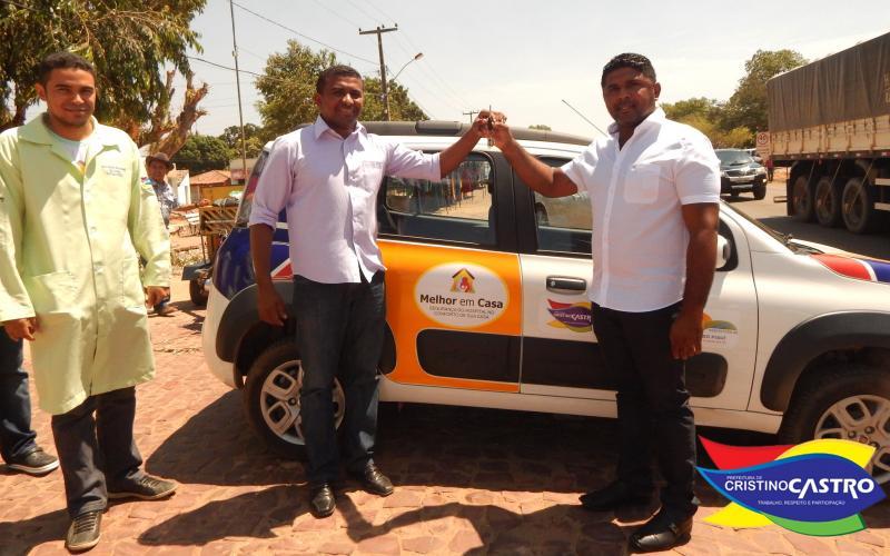 Prefeito Dr. Manoel Júnior entrega carro Fiat Uno para equipe do programa Melhor em Casa