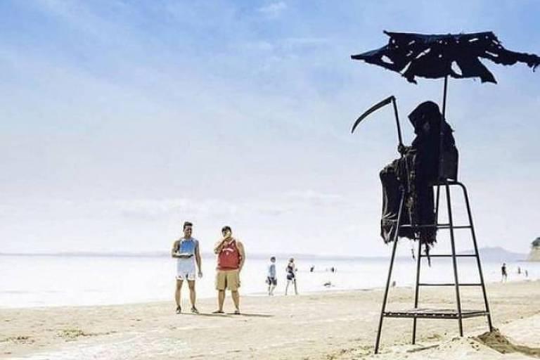 Homem vestido de 'Morte' assusta banhistas que furam quarentena