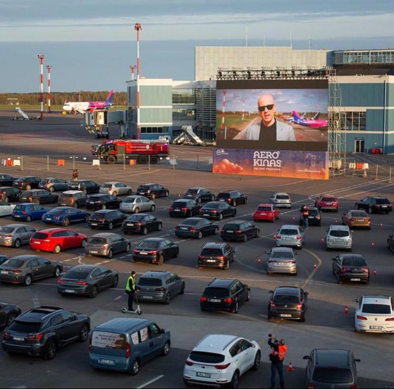 Lituânia faz cinema ao ar livre em pista de aeroporto