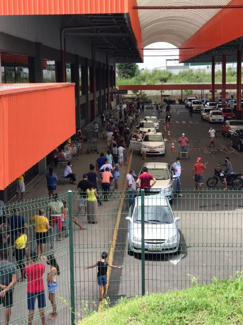 Supermercado faz filas fora de loja para controlar entrada de pessoas