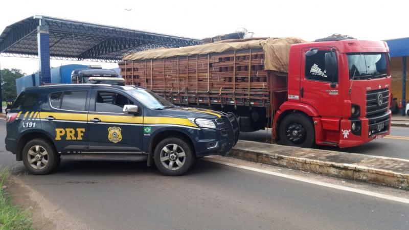 PRF apreende caminhão com 34 toneladas de madeira ilegal no Piauí