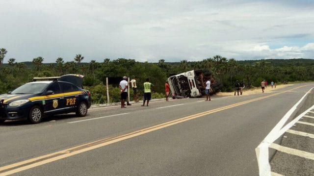 Carreta tomba e deixa motorista ferido na BR 407 entre Jaicós e Patos do Piauí