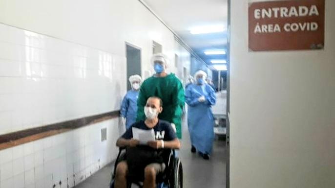 Covid-19: paciente é homenageado após receber alta no HGV