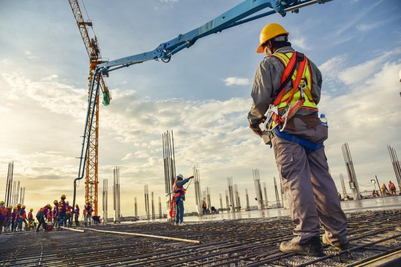 Bolsonaro inclui construção civil e indústria nos serviços essenciais