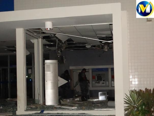 Bandidos fortemente armados rendem vigia e explodem agência da Caixa no Piauí