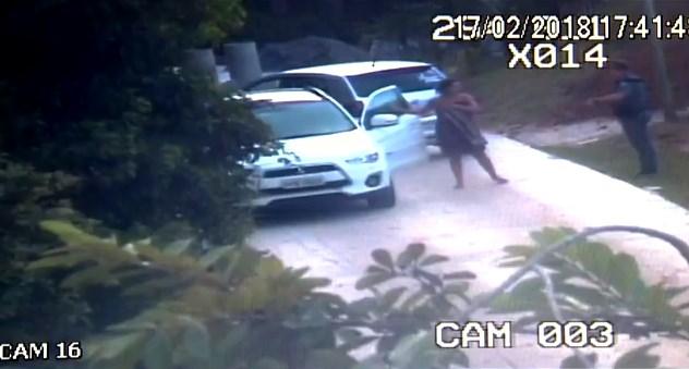 Mulher é presa após ser pega abusando de menino de 13 anos