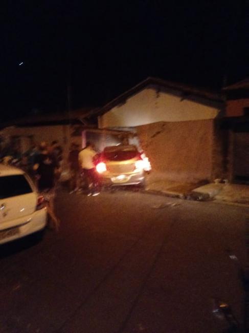 Motorista perde controle de veículo e invade casa na zona leste de Teresina