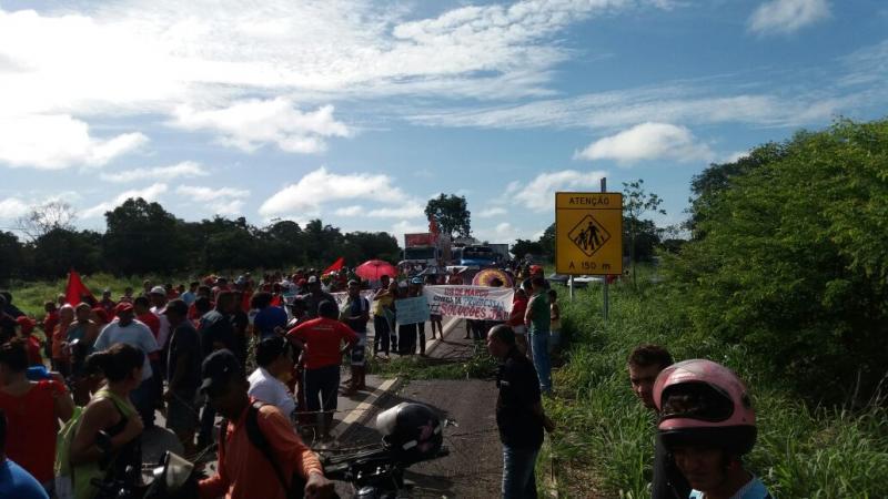Membros do MST fazem protesto e interditam a BR 316