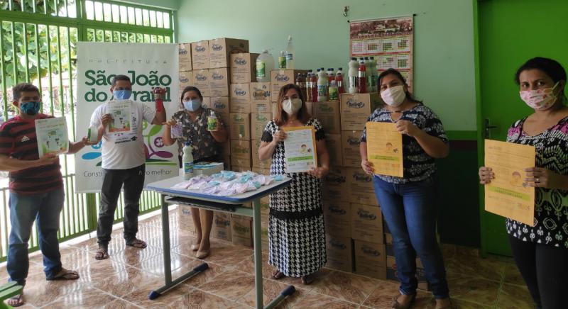 Prefeitura distribui material didático para alunos estudarem em casa
