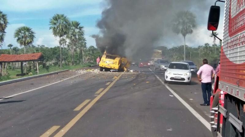 Bandidos explodem carro-forte da empresa Prosegur na BR 343