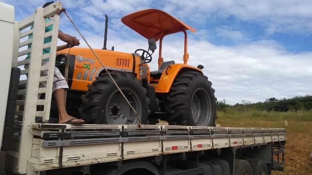 A Prefeitura Municipal, de Dom Expedito Lopes, recebeu um trator agrícola