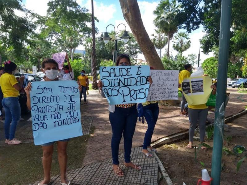 Familiares fazem manifestação e denunciam agressões em cadeia do PI