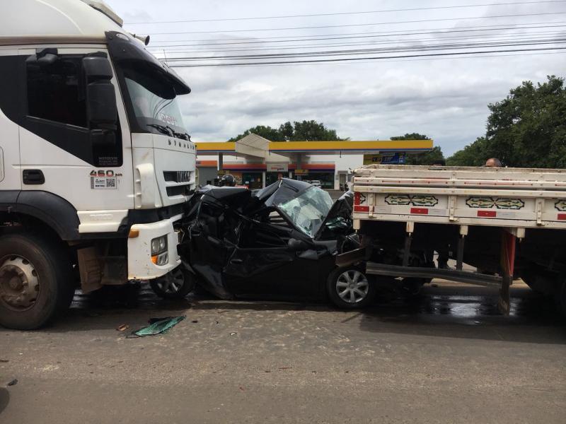Carro é esmagado em engavetamento na BR 343 e três ficam feridos
