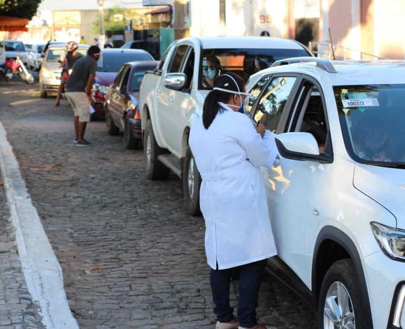 Saúde de Floriano vacina 400 pessoas em ação drive thru no cais