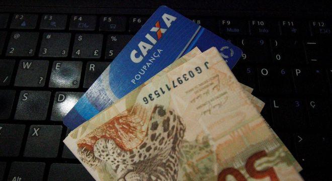 Governo estuda pagar mais R$ 600 de auxílio em três parcelas