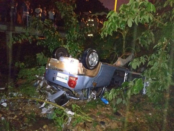 Motorista morre após ter carro levado pela chuva e cair em bueiro