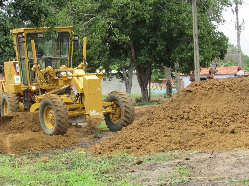 Prefeitura realiza limpeza de terreno pra realização dos  festejos