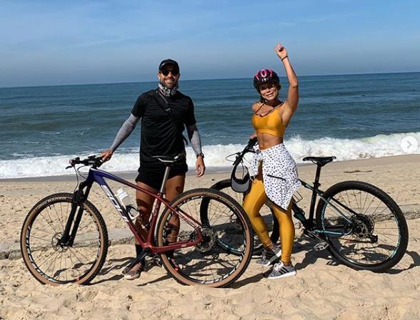 Ribas, do Flamengo, é criticado por furar quarentena para pedalar na praia
