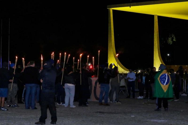 Grupo pró-Bolsonaro protesta em frente ao STF com tochas e máscaras