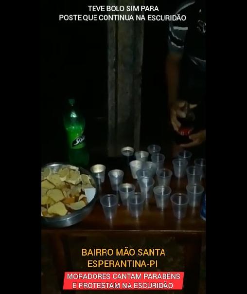 Lâmpada queimada em poste completa 08 anos; Moradores fazem festa com bolo