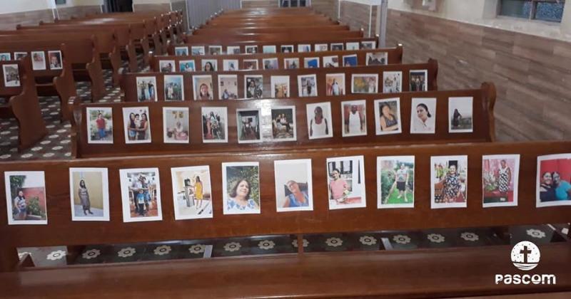 Igreja usa imagens de pessoas em missa no último dia de Maio