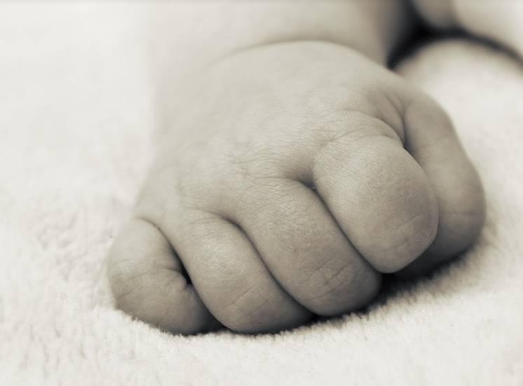Bebê de 1 mês morre asfixiado e pais são detidos no Piauí