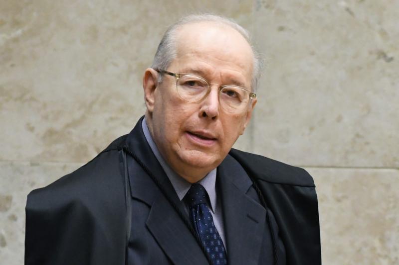 Celso de Mello arquiva pedido de apreensão de celular de Bolsonaro