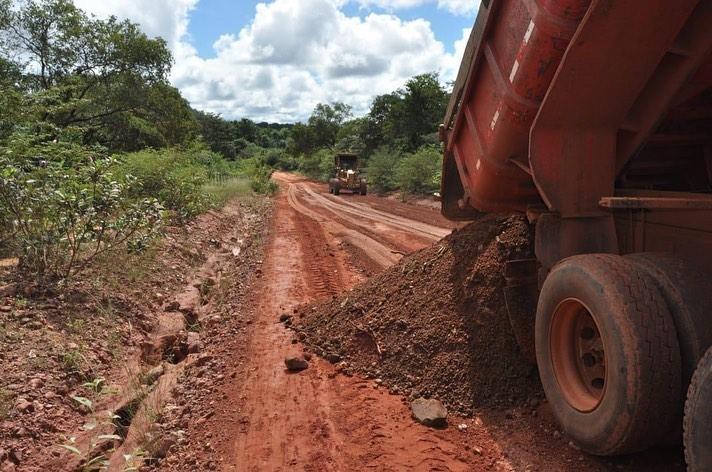 Prefeitura intensifica a recuperação de ruas e estradas em Corrente