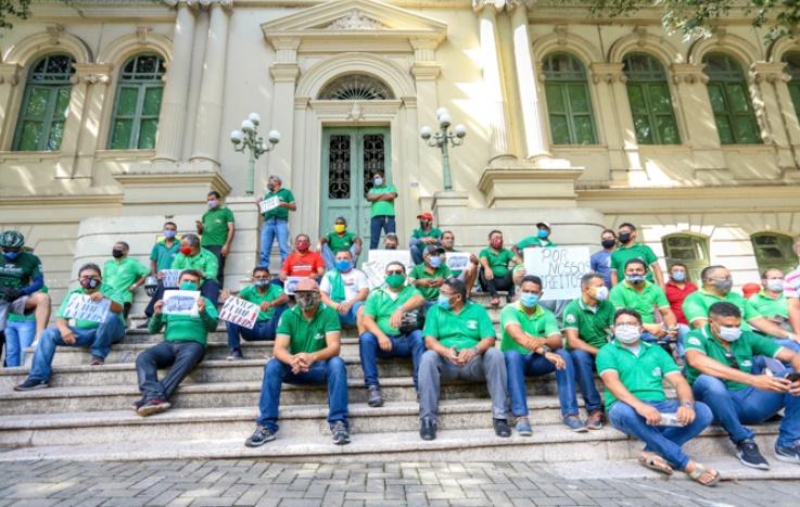 Em greve, motoristas protestam em frente à prefeitura de Teresina