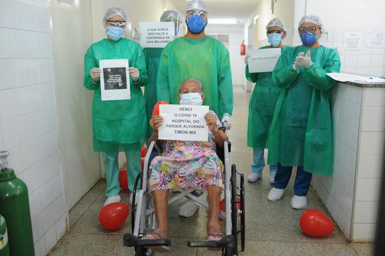 Hospital do Parque Alvorada faz homenagem para idosa curada da covid-19
