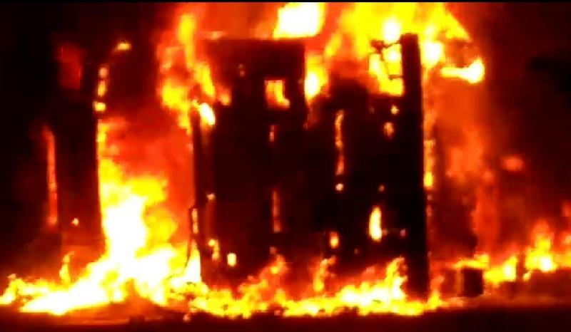 Carreta carregada de milho tomba e pega fogo na BR-135