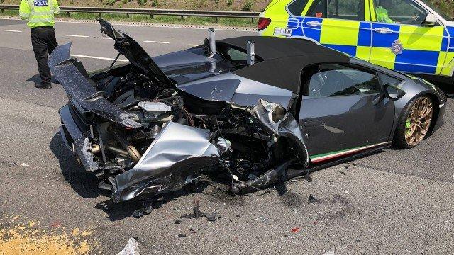 Lamborghini de R$ 1,3 mi é destruída em batida 20 minutos após ser comprada