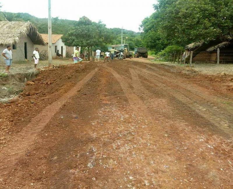 Prefeitura de São Pedro do Piauí recupera estrada danificada pela chuva