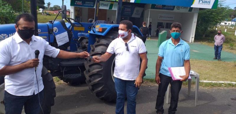 Conquista: Associação do Assentamento Renascer recebe trator equipado