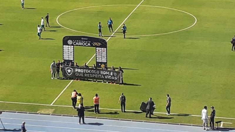 Elenco do Botafogo entra com faixa e se ajoelha em protesto no meio do jogo
