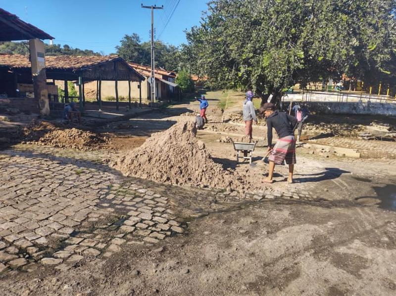Prefeitura de Sta Cruz dos Milagres realiza obras de construção de sarjetas