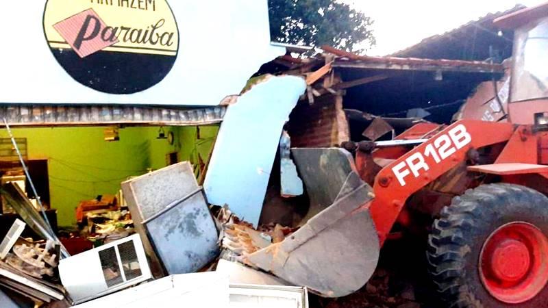 Motorista perde controle de trator e atinge comércio em Piripiri