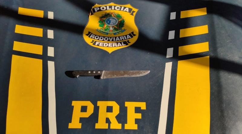 Acusado de homicídio é preso portando arma branca na BR 343