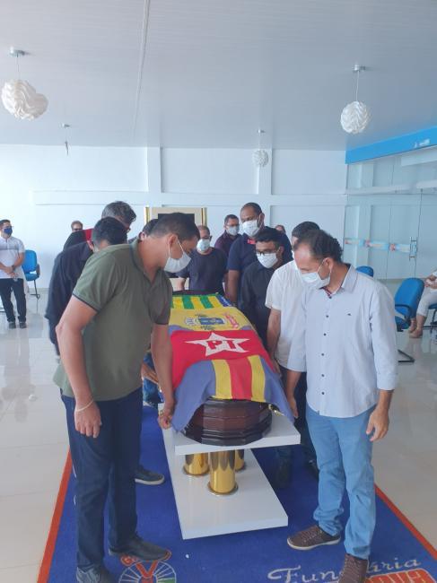 Assis Carvalho é enterrado após cerimônia restrita
