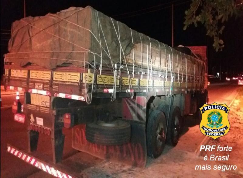 PRF apreende caminhão com 15 toneladas de madeira ilegal