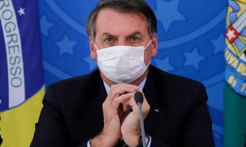 Bolsonaro afirma que está com covid-19