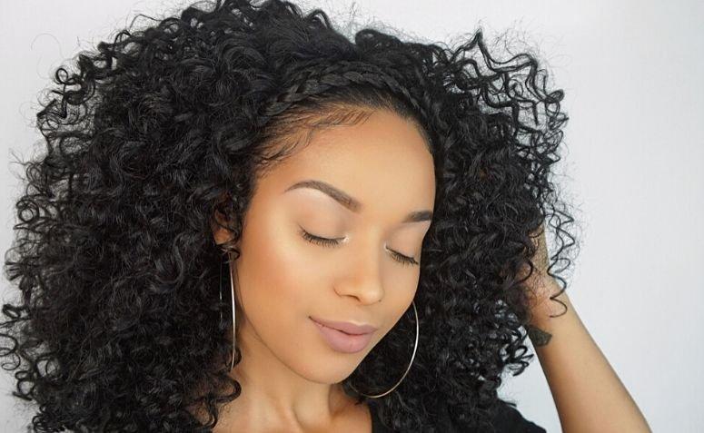 Trança em cabelo cacheado: 13 ideias para um penteado marcante
