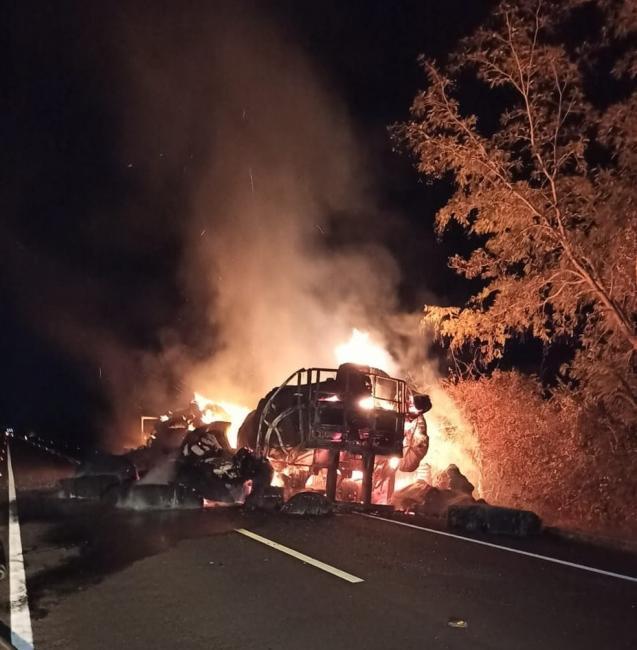 Caminhão que transportava carga de algodão pega fogo na BR-230