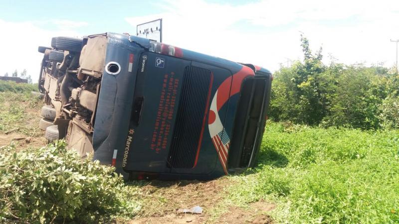Ônibus tomba na BR-135 e deixa passageiros feridos