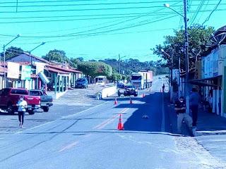 Carreta derruba fios no centro de Brasileira e interdita a BR 343