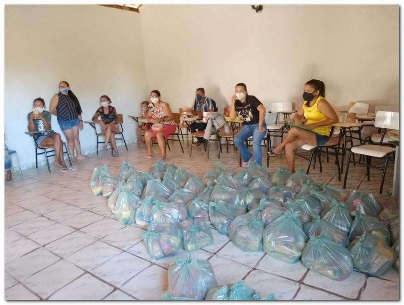 Educação de Inhuma realiza entrega de kits de alimentação escolar
