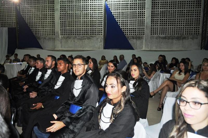 Estudantes de Avelino Lopes recebem diploma de conclusão de curso