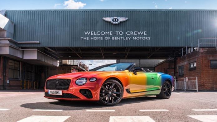 Empresa de carros inova e embala carro de luxo com bandeira LGBT+